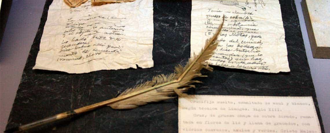imagen de unos pergaminos de libro blanco