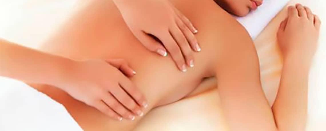 Imagen de masajista dando un masaje califroniano