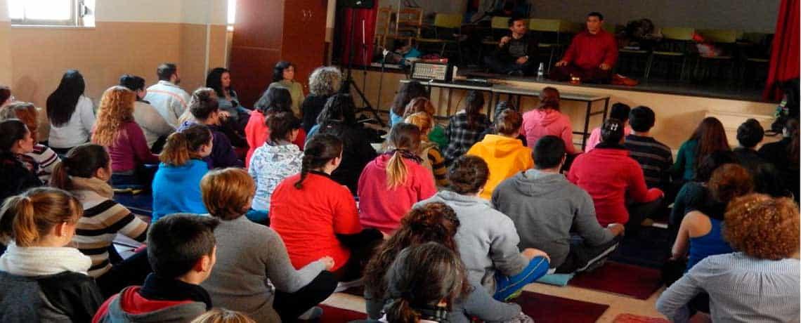 Grupo escuchando charlas para meditar, coloquios y participando
