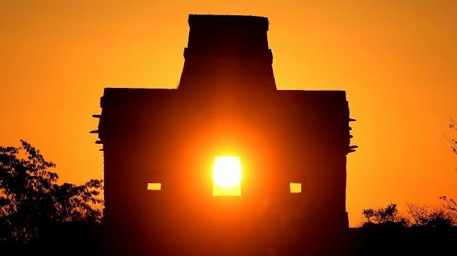 sol entrando. por hueco de ventana emulando el solsticio de verano